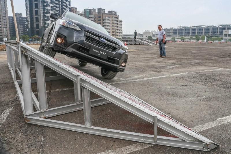 傾斜一側的XV展現一身硬漢個性,車身扭曲與內裝異音微乎其微,輕鬆的通過考驗。