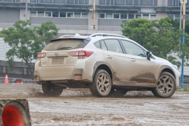 面對泥濘繞圓路段,腳下的四只車輪會自動幫你找到最棒的輸出模式,在車身橫移過程中,仍保有抓地力與車身掌控度,只要適時的修正方向盤,就可以朝著出彎處前進。