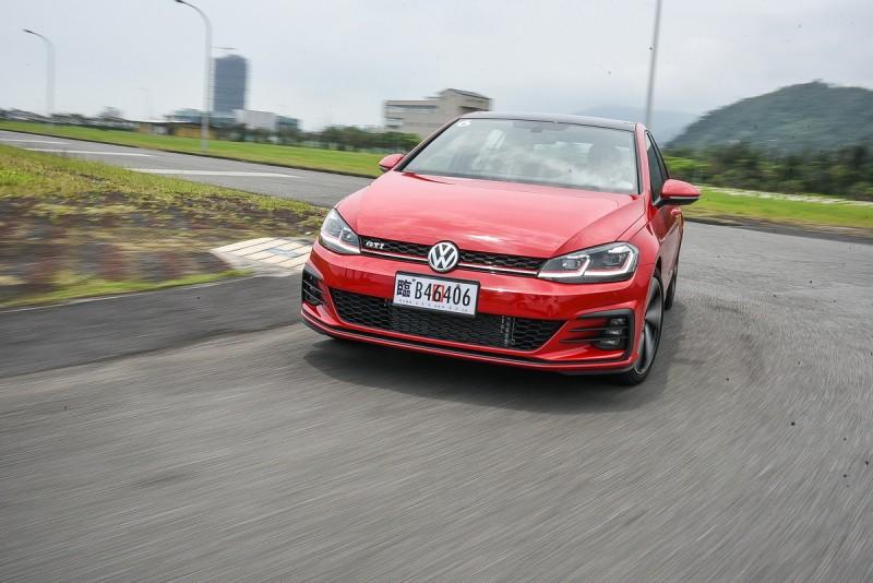 Volkswagen在GTI其優異的基礎之下,重新調校2.0升TSI動力核心,最大馬力較過往提升至230hp,提供35.7kgm峰值扭力搭六速DSG雙離合器自手排變速箱,可於6.4秒內完成靜止至100km/h加速