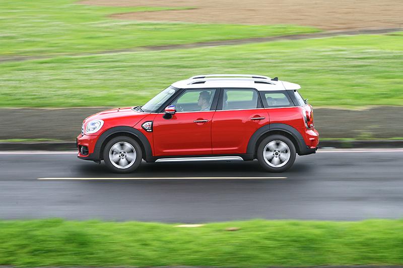 這樣的車身輪廓配上如茵綠草,整個氛圍依舊很英國。