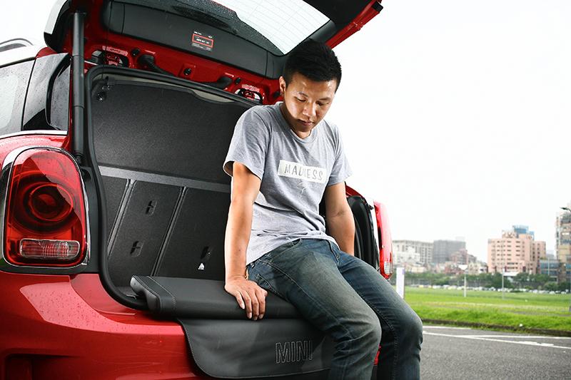 這個選配的行李廂坐墊筆者很喜歡,反正只要8000元,要釣魚還是看星星月亮任君決定。