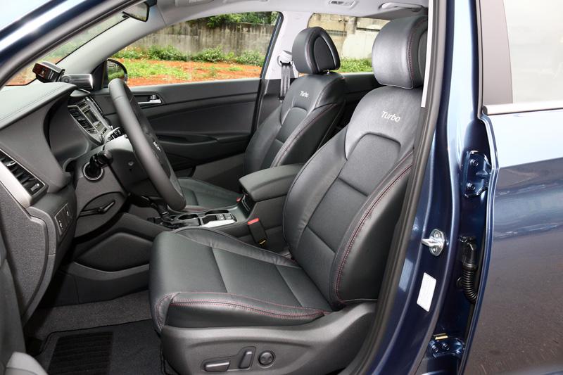 採紅色縫線的跑車化座椅是Tucson 1.6 Turbo的專屬配備。