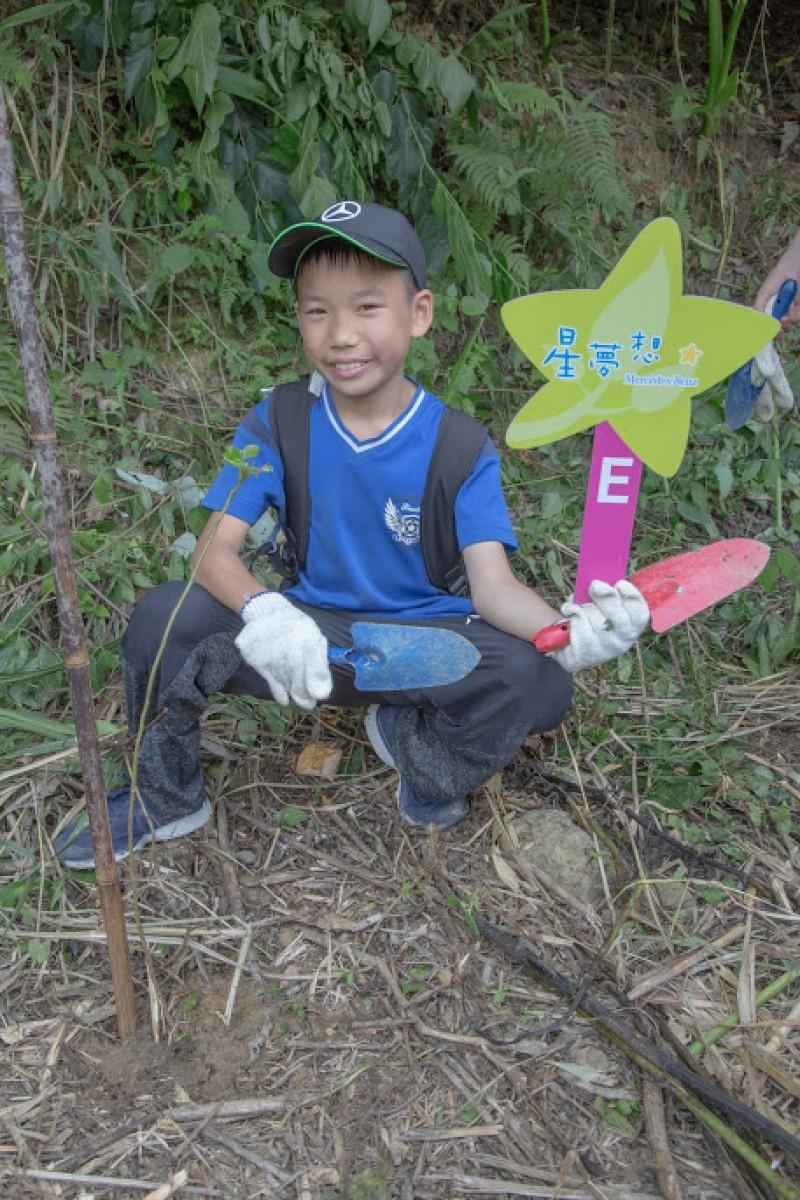 在專業解說下,小朋友開心的在「Mercedes福爾摩沙森林」親手種下台灣原生樹種,貫徹下一代從小做起的環境教育