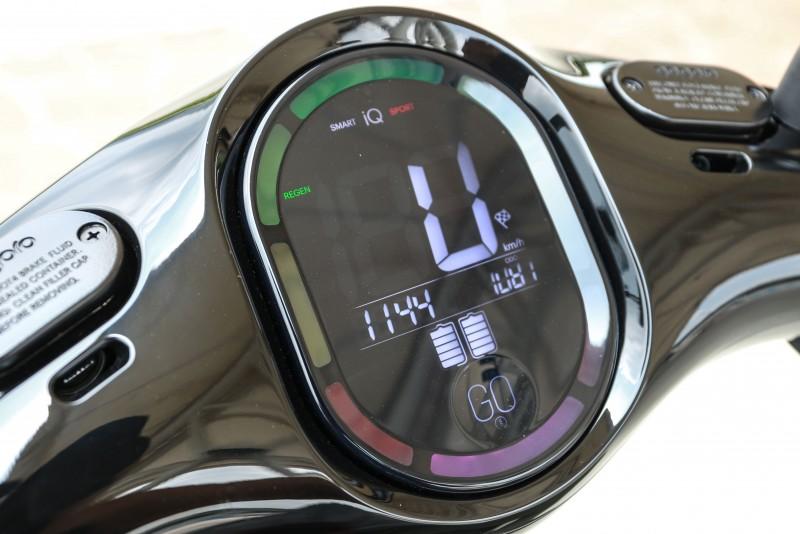 試駕車型為Gogoro2 Pluls,因此儀表板規格為LED背光設計,並有全彩LED環形指示燈。