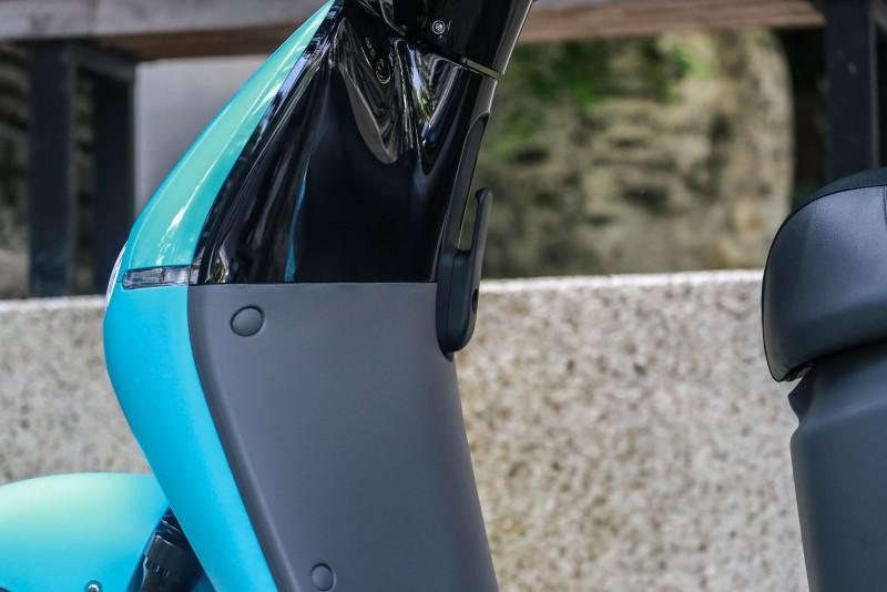 雙色車身設計提升質感,並配置有置物掛勾設計。