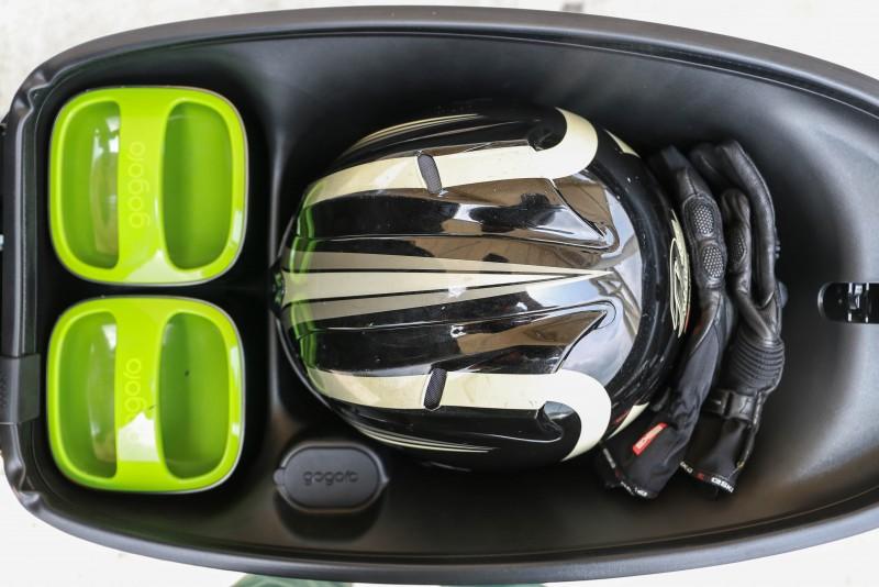 坐墊下的置物空間可以輕鬆放入一點3/4罩安全帽與隨身小物如手套或風衣。