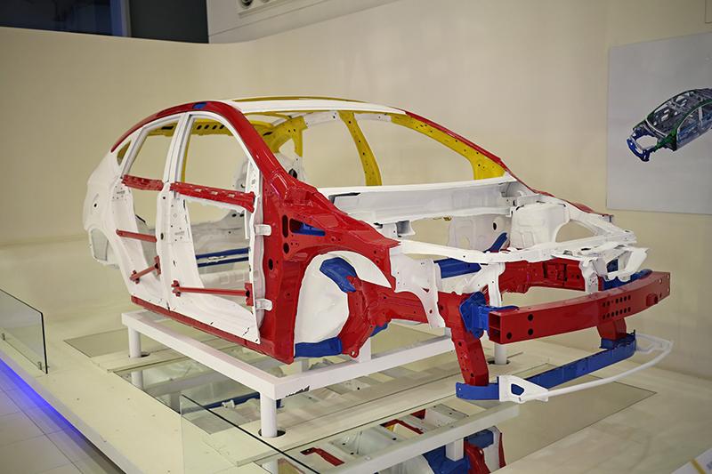 由高剛性籠型車體與前後緩衝區所組成的HRSS(High Rigid Safety Structure)高剛性安全結構車體,是LUXGEN車款的骨幹,不計成本高剛性鋼材的使用,更讓車體抗扭曲性表現超乎想像。