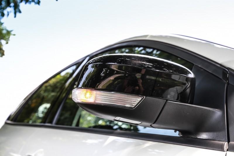 車外後視鏡也呼應水箱罩設計,升級為黑潮後視鏡,並有轉向指示燈,設計感與安全性皆備。
