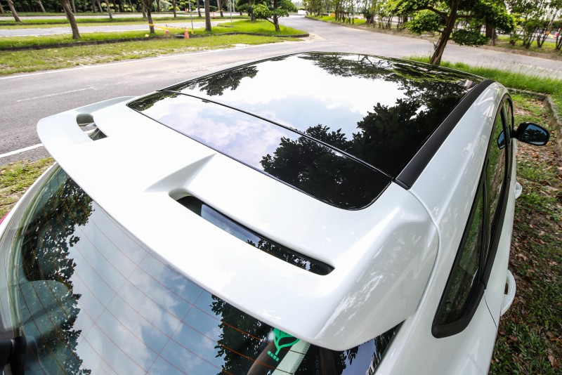 Focus黑潮焦點版連最多人容易忽視的車頂都不放過,採用鋼琴烤漆黑潮車頂,以雙色tone調展現潮味。