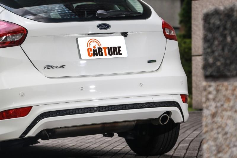 與車頭相呼應的車尾下擾流設計,與排氣尾管連成一氣,展現原廠設計的完整性與密合度。