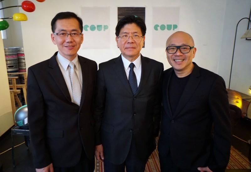 Gogoro 執行長陸學森(右)和台灣駐法大使張銘忠(中)與經濟部工業局主任秘書楊志清參與 Gogoro 及Coup在巴黎的記者會,揭開 Gogoro 正式進駐巴黎的序幕。