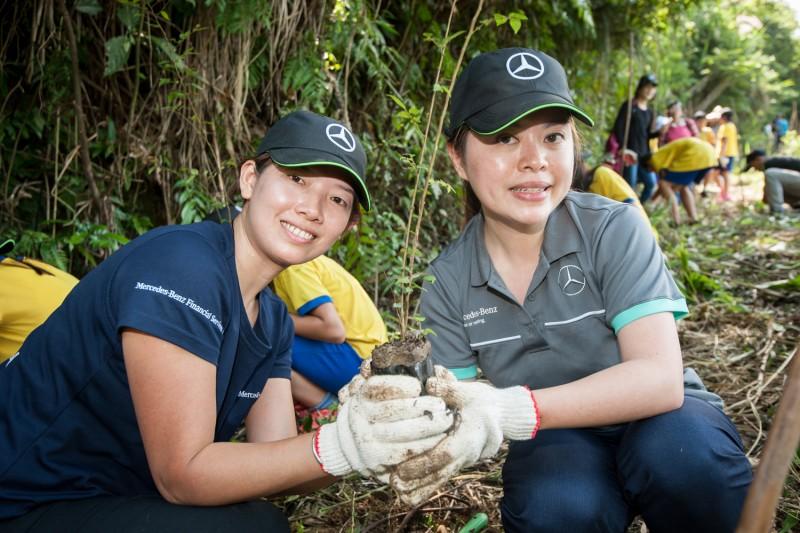 台灣賓士與台灣賓士資融員工們細心確實的一步步將樹苗種下,確保樹苗能夠健康的長大。