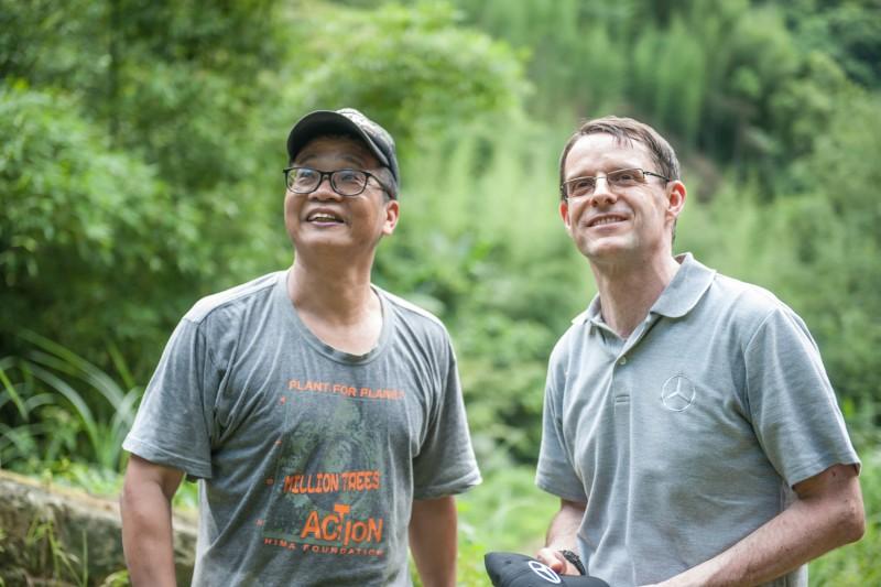 有樹醫生之稱的楊文德博士(左)與台灣賓士總裁邁爾肯將原本工程浩大的生態復育工程,以深入淺出的方式為孩子們進行解說,更發現台灣原生樹種背後藏有許多有趣的故事。