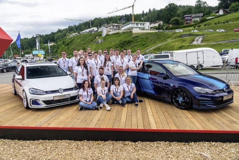 Volkswagen投入青年實習培訓計畫十周年,於Wörthersee嘉年華發表首款電力驅動Golf GTI First Decade(右)、以及Golf GTE Variant impulsE(左)。