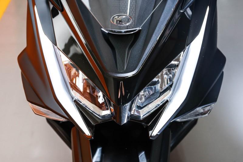 高辨識度的車頭設計,輔以極具特色的LED燈組造型,構築出獨特的AK550前臉。