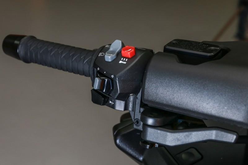 左把手開關總成,手煞車拉桿也設置於此。