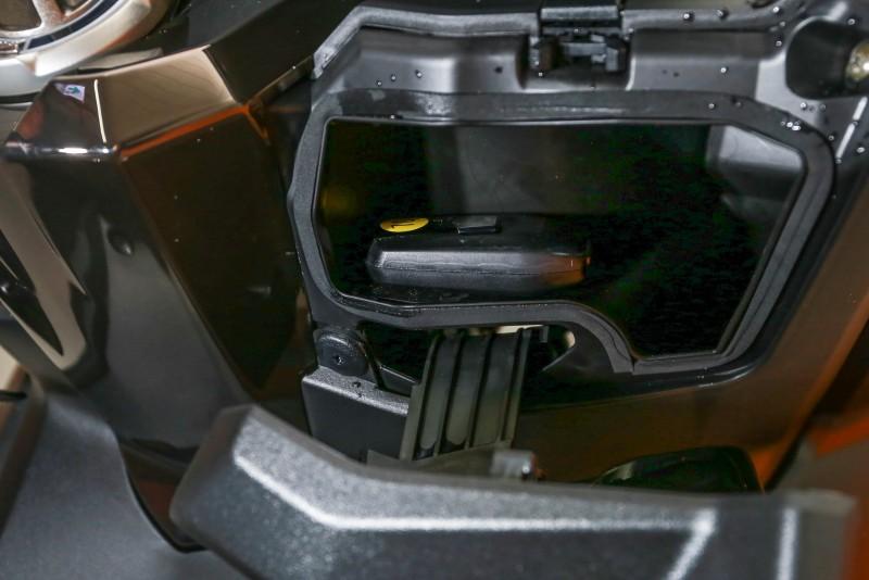 龍頭下右側置物盒。