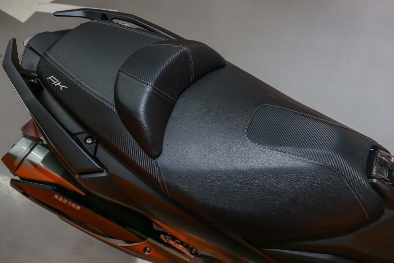 大面積的坐墊不僅內填充紮實飽滿,前座兩側內切的造型也讓騎士雙腳更容易接近地面。