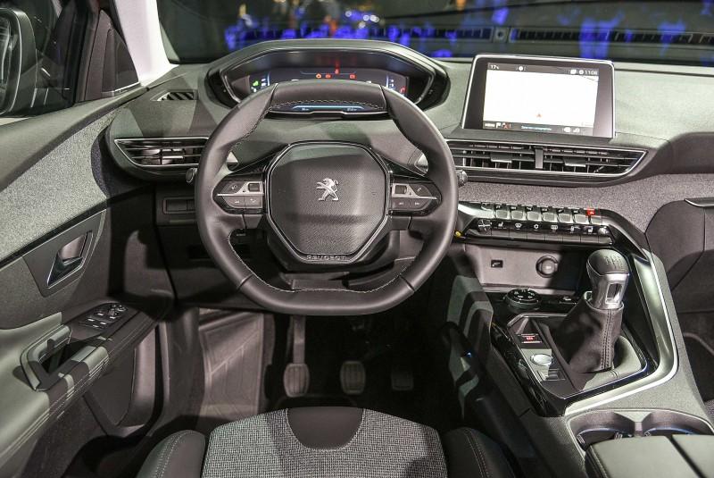 獨特的雙幅上下削平方向盤是新版i-cockpit介面特色之一