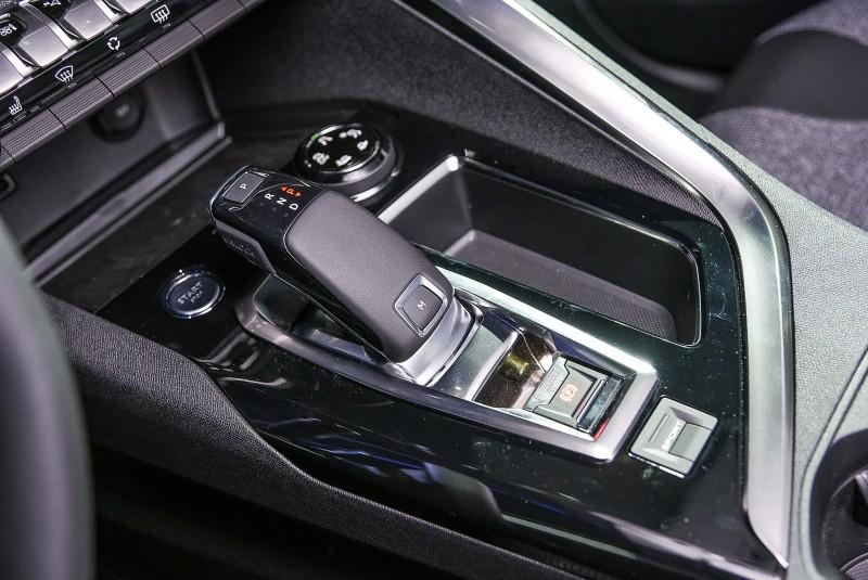 首度採用線傳排檔的自排車型,電子手煞車、動力模式還有啟動按鈕以及抓地力控制旋鈕位置都與手排車完全不同