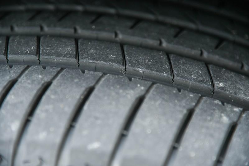 特殊3D M型溝槽花紋更能大幅減少胎塊在車輛行駛時產生的晃動,避免偏磨耗狀況發生。
