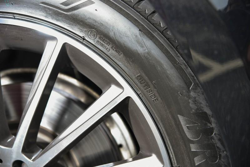 雖然不是單導向輪胎,但裡外側花紋不同必須裝對