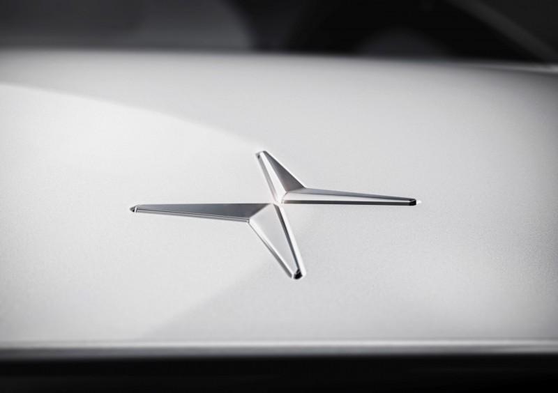 鑲嵌在引擎蓋上的Polestar廠徽,靈感來自北極星發出的十字光芒,也像是左下與又上兩個相對的箭頭