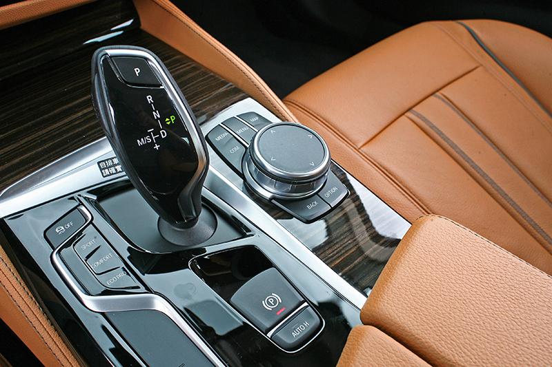 全車系標配八速手自排變速系統,讓加速成績與質感相當出色。