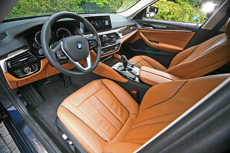 更加細緻的座艙質感,搭配紅棕色皮革後更顯突出。