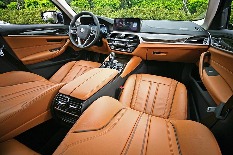 雙色座艙搭配深色木紋飾板,其實一點也不顯老氣,同時輕易突顯奢華氛圍。