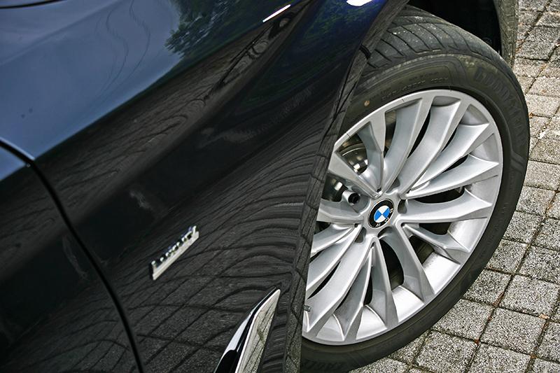 520d Luxury配備245/45 R18跑胎,比例與造型都相當適切。