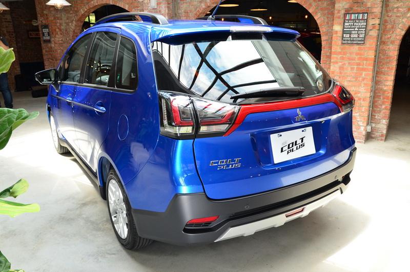 車尾造型變動不大,但透過置換全新設計的環繞式行尾燈與LED光源,讓尾部辨識度更為提升