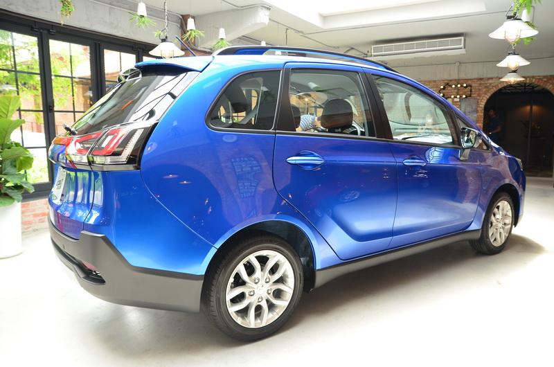 透過更換新輪圈與增加車頂架的方式讓側邊更有亮點!