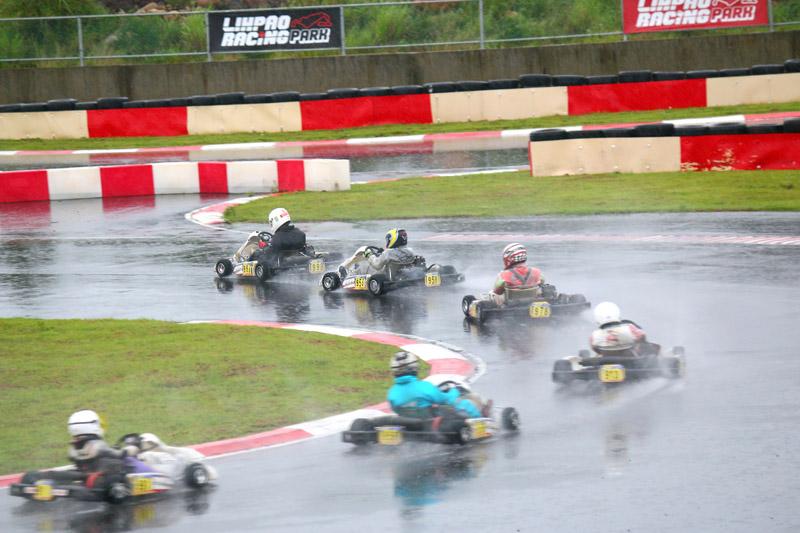 Yamaha SL決賽在賽事中段同樣進入大亂鬥階段,每位車手都不斷地伺機而動。
