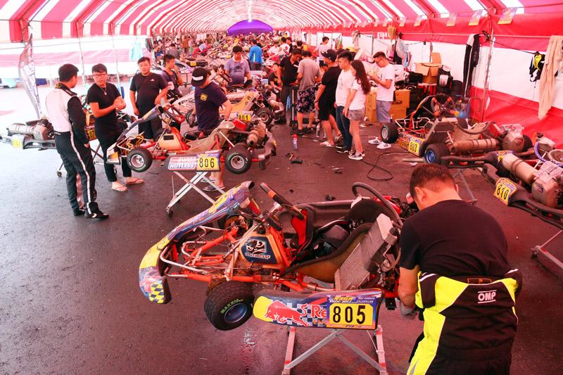 「極速超跑 TKOC 台灣小型賽車公開賽」第二站吸引爆篷、超過百輛的各級卡丁車參賽。