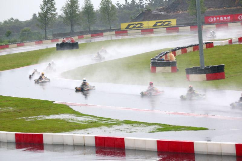 IAME X30 決賽時雨勢與基水讓每位車手有如在瀑布中比賽。