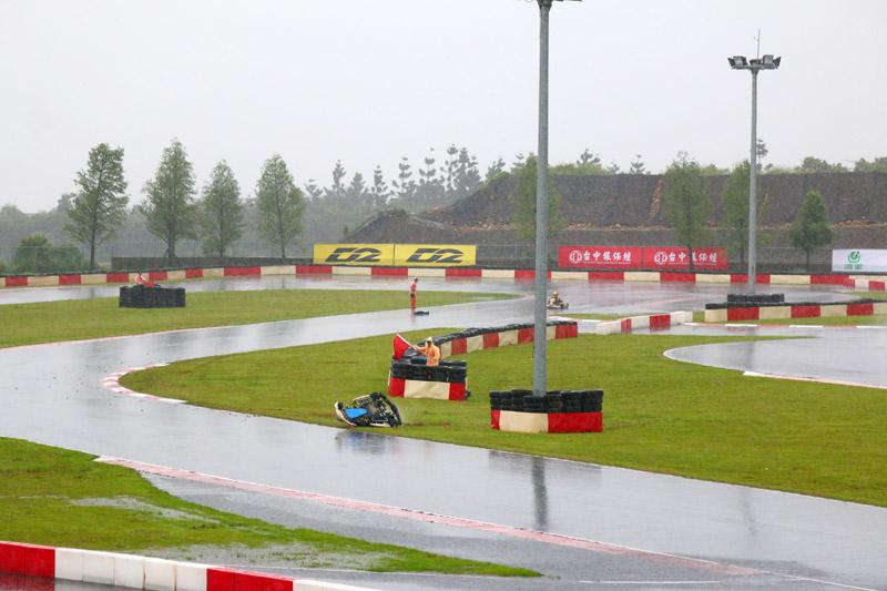 IAME X30 決賽起跑後第一圈三號彎就發生嚴重事故,大會立刻出示紅旗中止比賽,所幸人員皆未造成重大傷害。