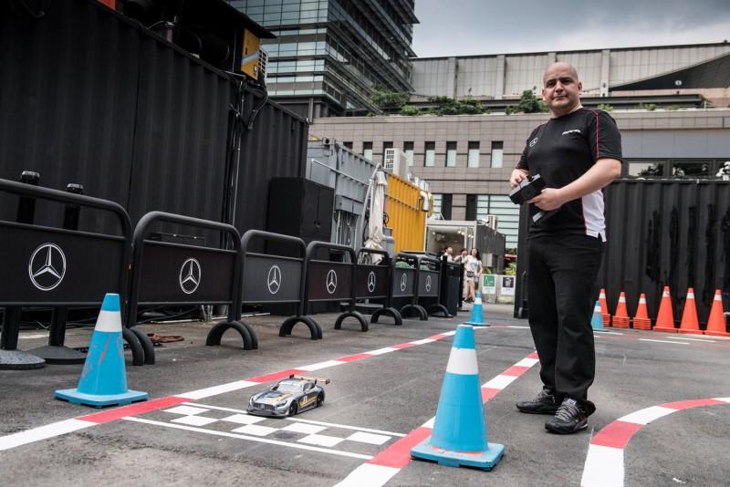 戶外的遙控車賽道,能讓大小朋友體驗掌控高速賽車的激情感受,台灣賓士轎車行銷業務處副總裁Markus Henne也玩得不亦樂乎。