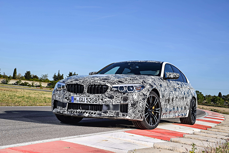 BMW M5這張更厲害了,逆光沒關係,車頭陰影還補光給你看仔細!