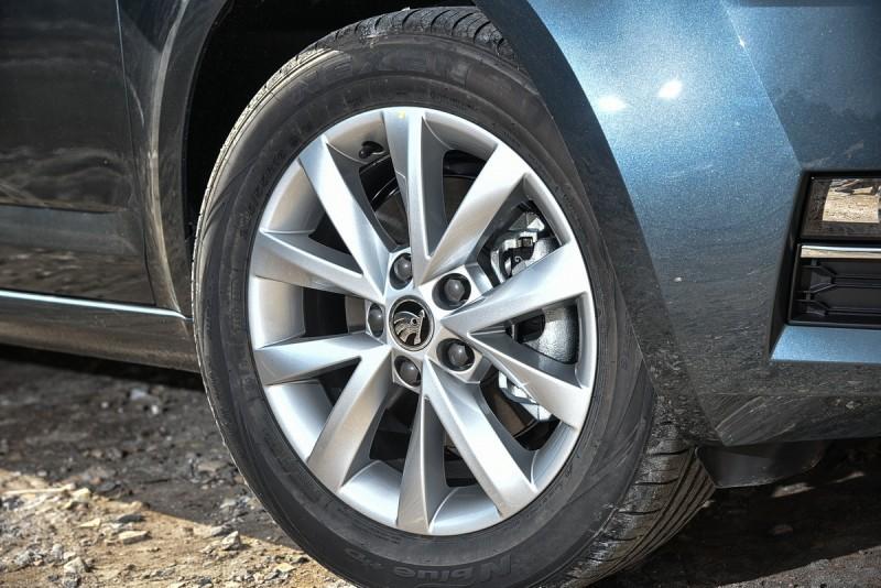 豪華動能版與動能版採用不同型式16吋鋁圈