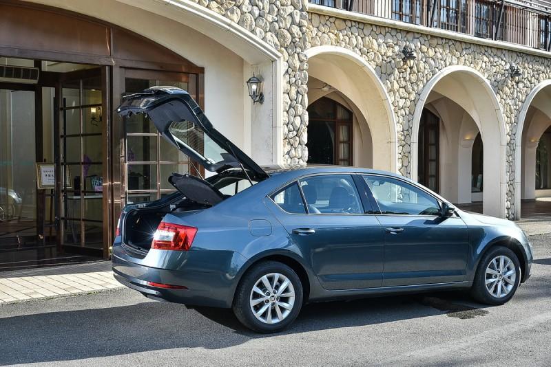 Fastback可上掀尾門設計簡直就是一輛Four-door Coupe,行李廂空間更好用了啊