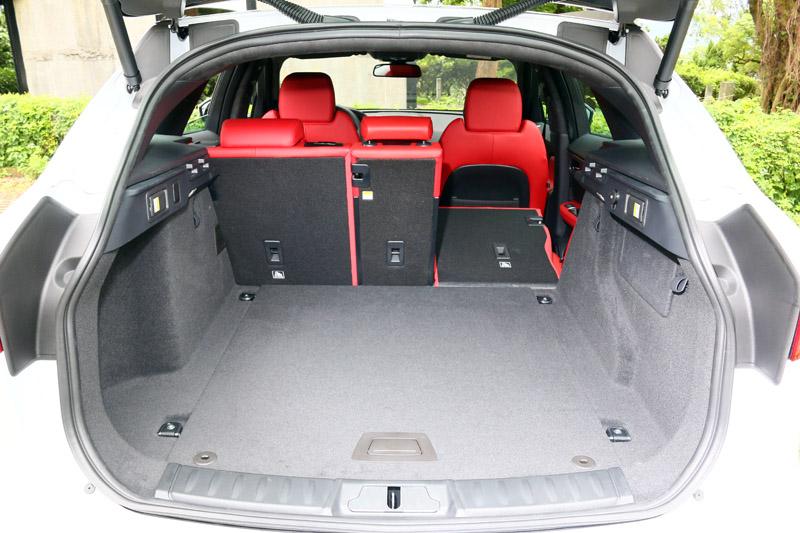 F-Pace S也具備後座4:2:4分離椅背放倒功能,最大容積可擴充到1740L。