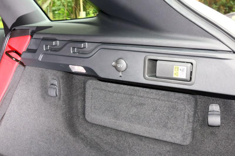 在行李廂兩側設有椅背翻倒裝置、12V電源與掛勾等設計,提升了便利性。