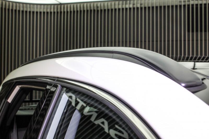 我最愛緊貼車頂的車頂架,像是鑲嵌上去,摸過你才會知道同樣顏色烤漆前後兩端塑膠外殼,中間才是金屬