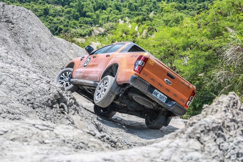 大落差時小心選擇路線,看似不可能通過的路段,Ranger也可以在不觸碰底盤的狀態下,全身而退。