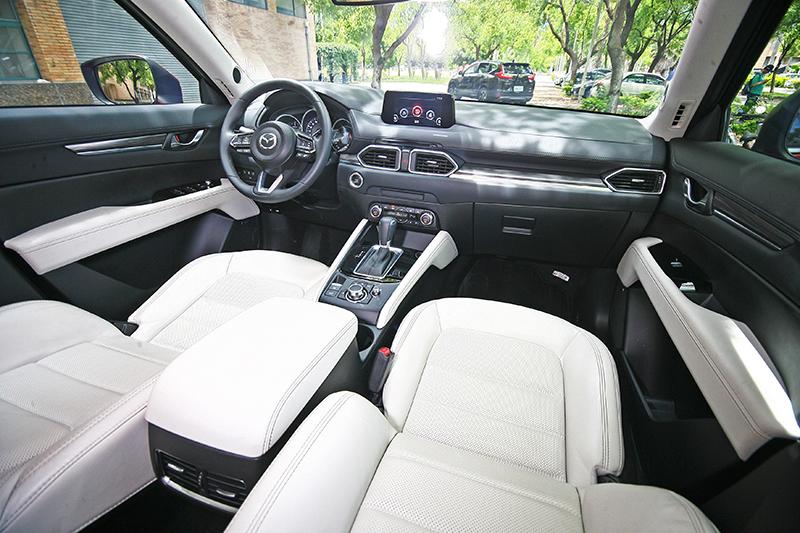 CX-5在雙色內裝的妝點下質感甚至更為出色,設計與線條也有其獨特的風格。
