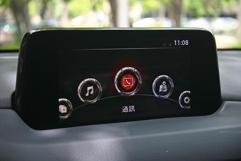 中控台上方的MZD Connect螢幕造型較為傳統,可透過觸控或排檔座後方的控制介面操作。