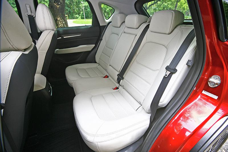 空間感較為緊緻的CX-5,厚實的座椅舒適度更好,可惜椅背角度較為直挺。