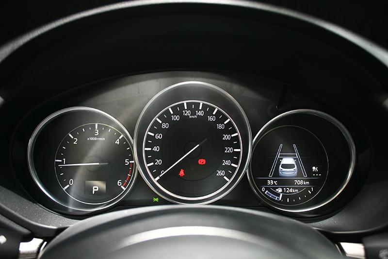 設計經典的三環式儀錶,最右方則為數位資訊螢幕。