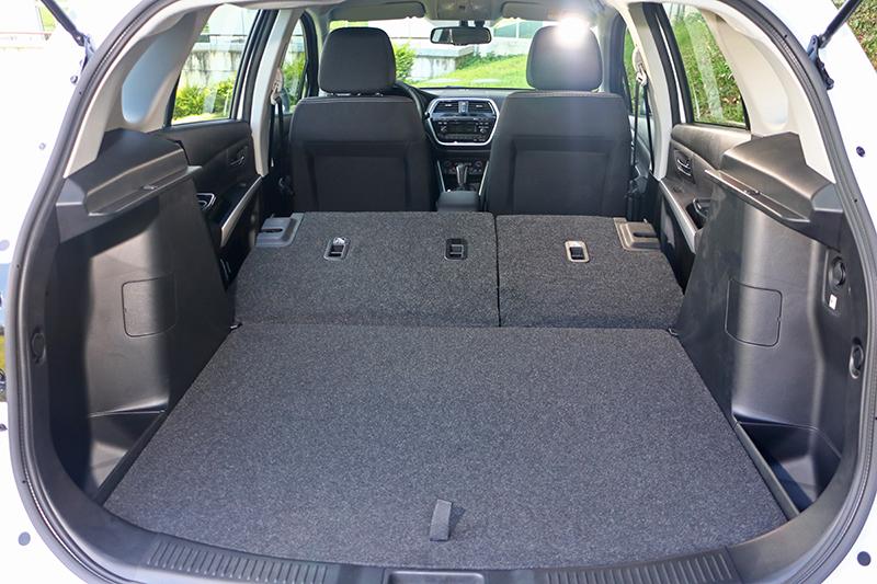 一旦將後座椅背放倒,共計可以獲得高達875公升的行李空間。